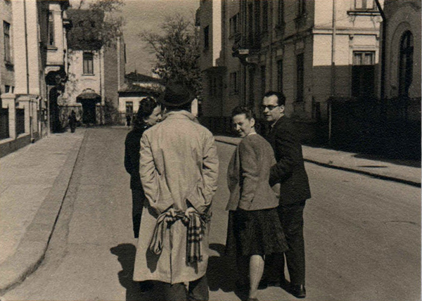 Jean David, Hedda Sterne, Medi Wechsler and Gh. Dinu on Th. Stefanescu Street, photo Theodore Brauner, Bucharest, 1940, gelatin silver print, 8 × 11 cm